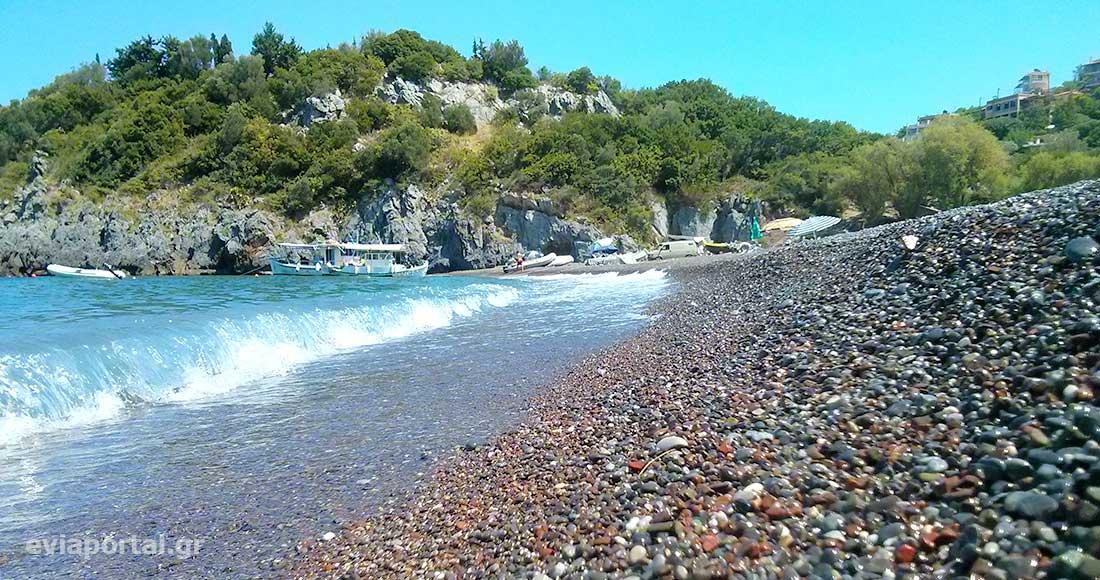 Μαύρο βοτσαλάκι στην παραλία Λιμνιώνας Κεντρικής Εύβοιας