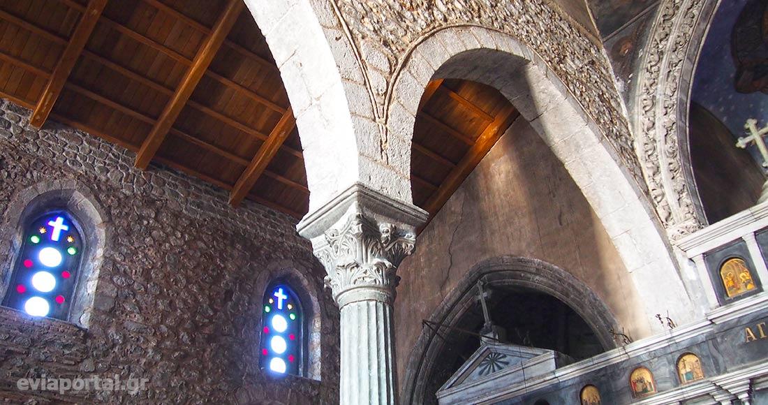 Οξυκόρυφα τόξα πάνω σε κίονες στο εσωτερικό της Αγίας Παρασκευής