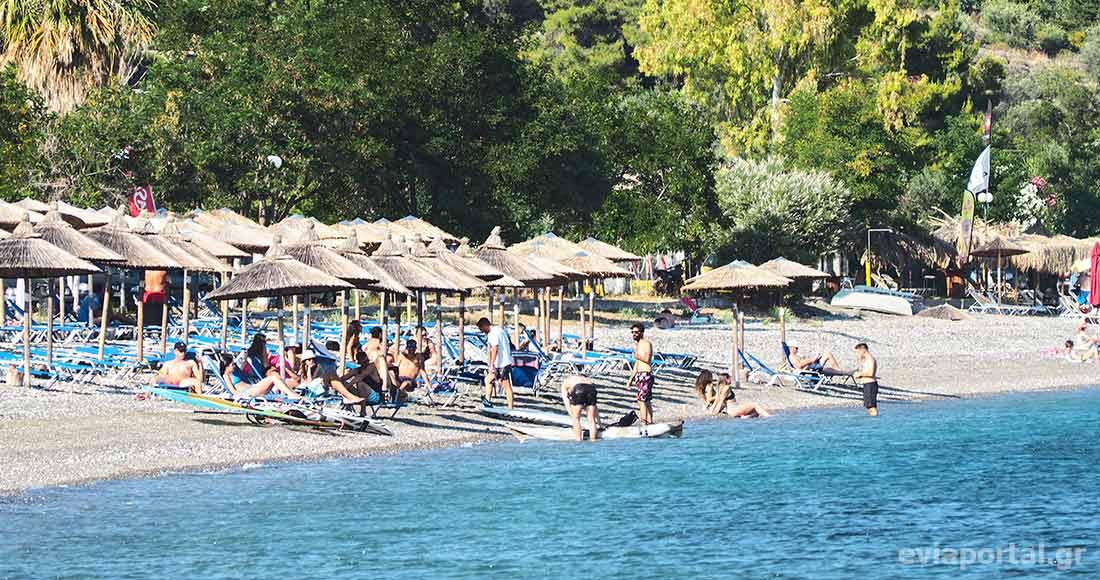 Η παραλία Κοχύλι στην Λίμνη διαθέτει beach bars με ομπρέλες και ξαπλώστρες