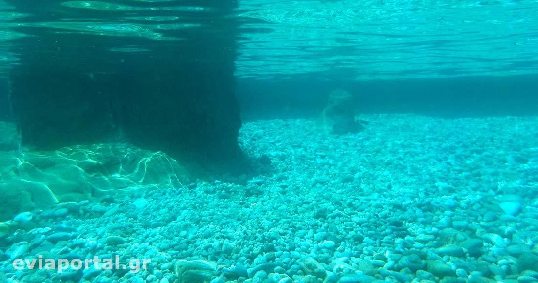 Το λευκό βοτσαλάκι και η χοντρή άμμος δίνουν εκπληκτική διαύγεια και χρώματα στο νερό