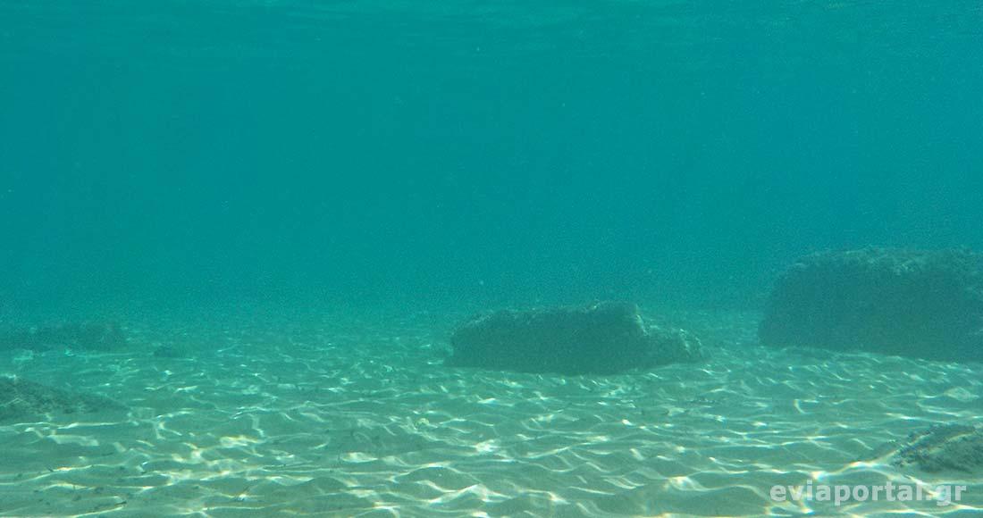 Διαυγή νερά και υπέροχος βυθός στην παραλία Σουτσίνι