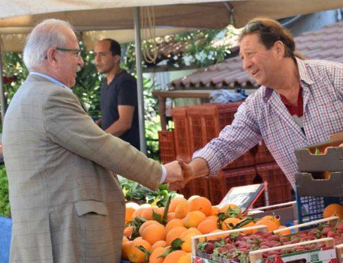 Ο Χρήστος Παγώνης στη λαϊκή αγορά της συνοικίας Κανήθου