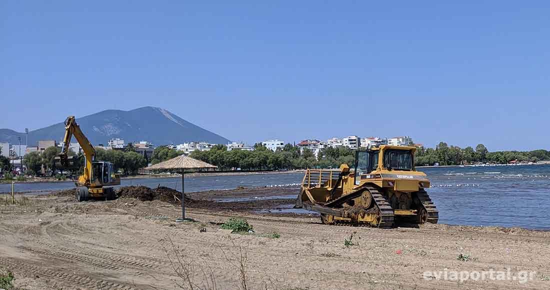 Η παραλία της Λιανής Άμμου στην Χαλκίδα καθαρίζεται από τα φερτά υλικά της πλημμύρας