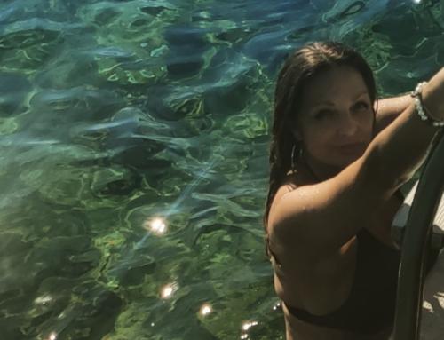 Η Άντζελα Γκερέκου απόλαυσε την θάλασσα στην Αιδηψό